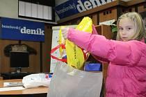 Osmiletá Vanesa z Benešova přinesla do redakce plnou tašku víček, která nastřádala rodina a babička v průběhu dvou měsíců.
