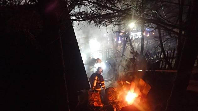 Hořelo v těsném sousedství silniční spojnice Štěchovic a Slap