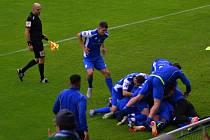 Fotbalisté Vlašimi se radují z gólu do sítě Dukly Praha.