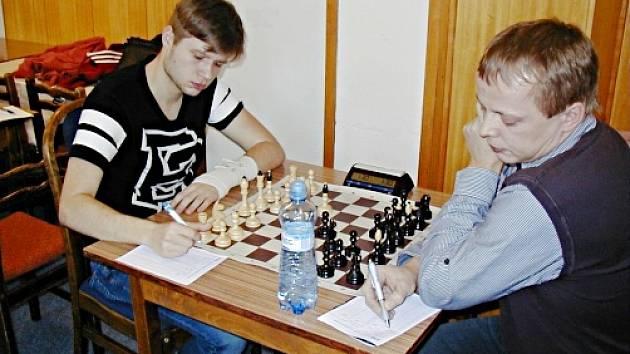 V utkání 7. kola 1. ligy Vlašim – Nový Bor B v barvách domácích jako jediný zvítězil 18 letý Robin Hrdina (vlevo), který zdolal předsedu Šachového svazu České republiky Viktora Novotného.