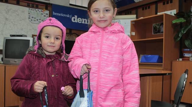 Sestřičky Dominika a Natálka Novákovy z Plzně, které trávily jarní prázdniny u babičky v Blaženicích, přinesly spolu s ní do redakce Benešovského deníku plnou tašku víček.
