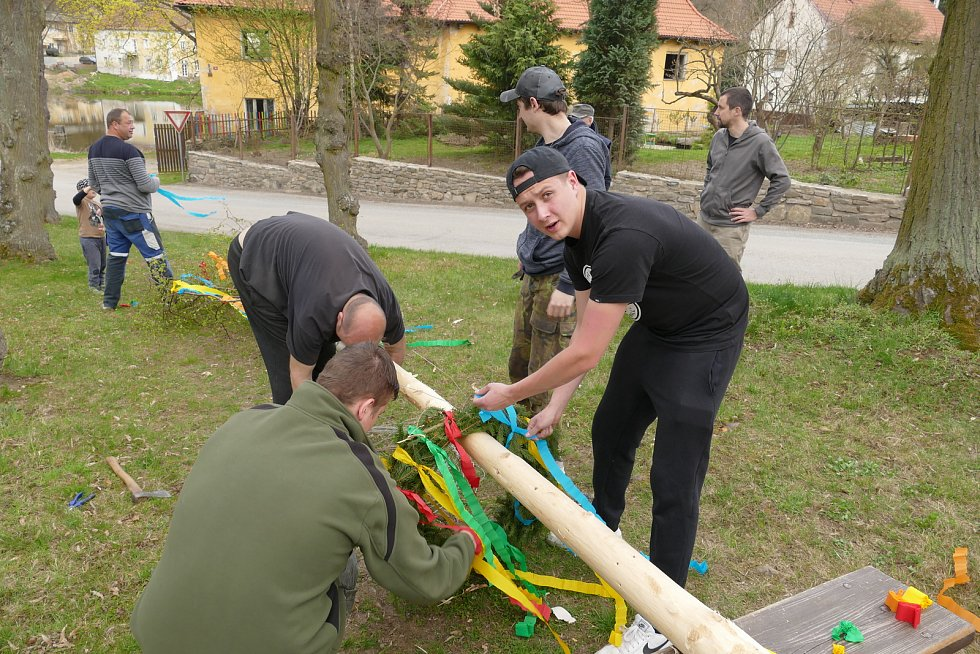 Stavění májky ve Smilkově.