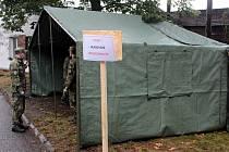 Budování zázemí pro nemocné voliče v benešovských Táborských kasárnách.