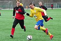 Illja Zubkov (ve žlutém) vstřelil v dresu Benešova dvě branky do sítě Třeboradic.