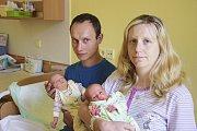 23. června se Janě a Tomášovi Macháčkovým narodila dvojčátka Nikola a Adam. Nikola v 8.23 s 2340 gramy a 47 centimetry. Adam se narodil o minutu později, v 8.24, s 2490 gramy a 46 centimetry. Doma v Hořeticích na ně čeká bráška Patrik (3).