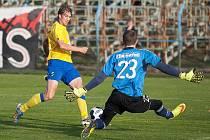 Benešovský Jan Žák se dostal sám před brankáře Žižkova Soukupa, gól z toho ale nebyl.