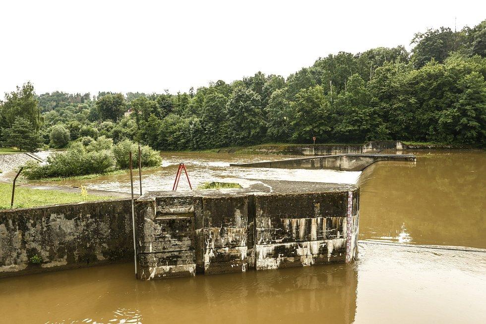 Sázava v Českém Šternberku ve středu 14. července 2021, den po utonutí vodáků.