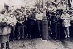 Vlasta Chromá čte na benešovském náměstí prohlášení OF při generální stávce 27. listopadu 1989.