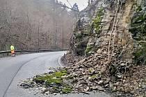 Sesuv skalního masivu v Břežanském údolí, který si v neděli 6. prosince 2020 vyžádal okamžité uzavření silnice II/101.