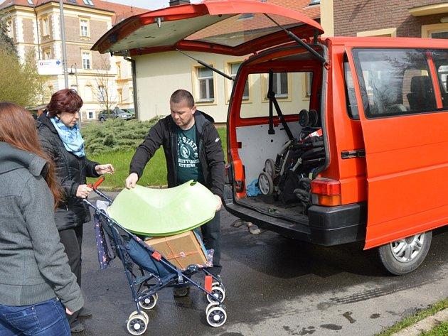 Olivově dětské léčebně v Říčanech votičtí dobrovolní hasiči přivezli kočárky, jízdní kola, hračky a knížky.