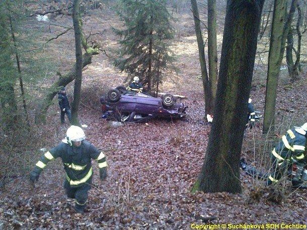 Tragická nehoda u Čechtic. Lékař po příjezdu konstatoval u vyproštěného řidiče smrt.