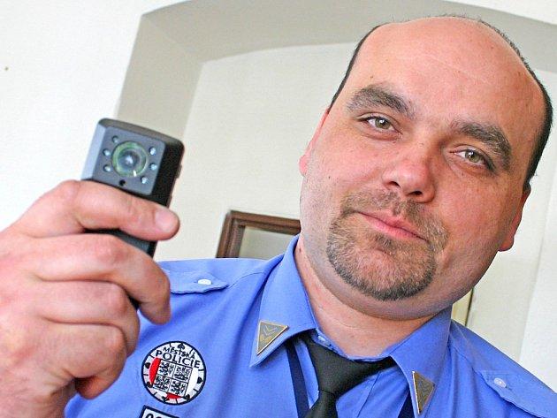Zástupce ředitele Městské policie Mladá Boleslav Stanislav Holub ukazuje personální kameru. Strážníci nyní vybírají z nabídky tří výrobců a brzy se s některou objeví v ulicích.