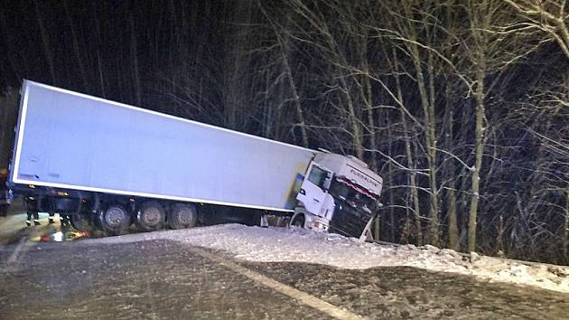 Kamion vyjel z dálnice D1 před Naháčem krátce po nedělní půlnoci.