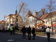 Od pondělí 10. dubna zdobí benešovské Masarykovo náměstí velikonoční bříza.