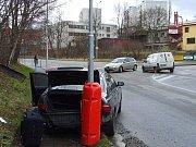 S těžkým zraněním skončil řidič osobního automobilu po nárazu do stromu