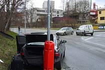 Jeden z automobilů byl po nárazu odražen na sloup veřejného osvětlení