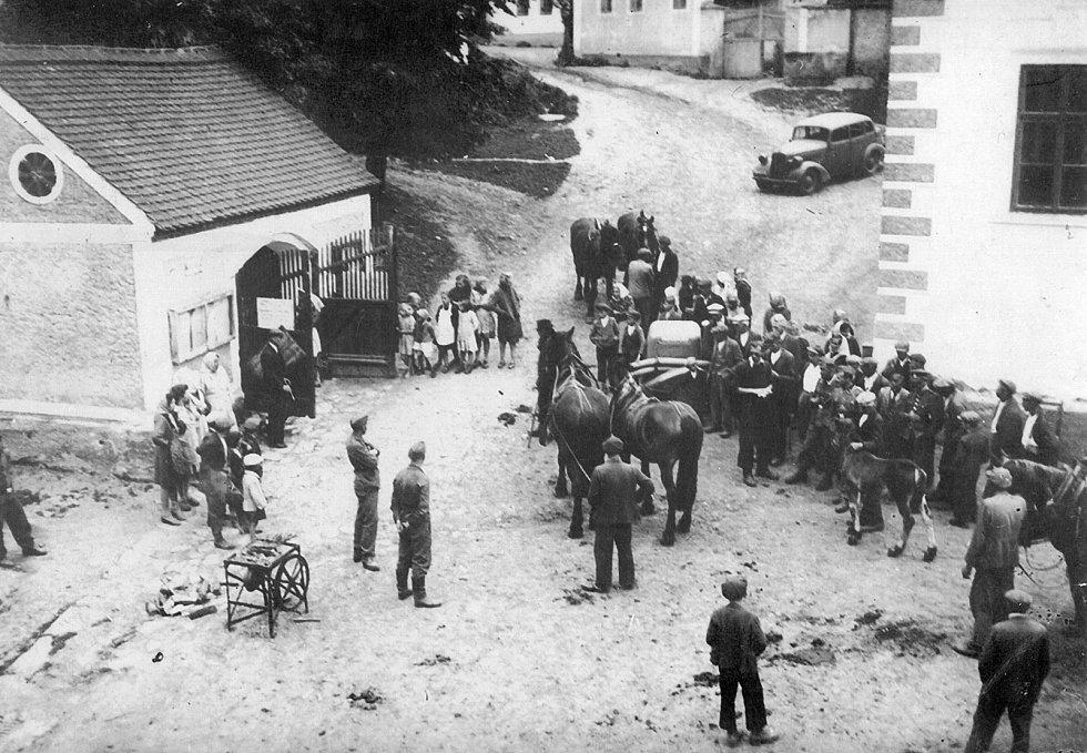 Momentka pořízená tajně ze světlíku Šebánkova statku mohla jejího autora přijít pěkně draho. Snímek dokládá rekvírování koní obyvatelům Nahorub u místní školy. Psal se rok 1942 a také Nahoruby patřily do prostoru SS-Truppenübungsplatz Beneschau.