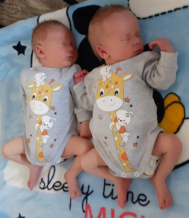 Dvojčátka Štěpánek a Šimonek Kořínkovi přišla na svět 24. března 2021 v čáslavské porodnici. Štěpánek se poprvé na svět podíval v 8. 23 hodin, vážil 3050 gramů a měřil 50 centimetrů. Šimonek svět přivítal v 8. 25 hodin a pyšnil se mírami 2720 gramů a 49 c