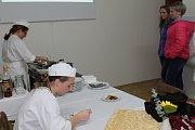 Ve vlašimském zámku předvedly studentky prvního ročníku, jak se dělají výborné flambované palačinky.