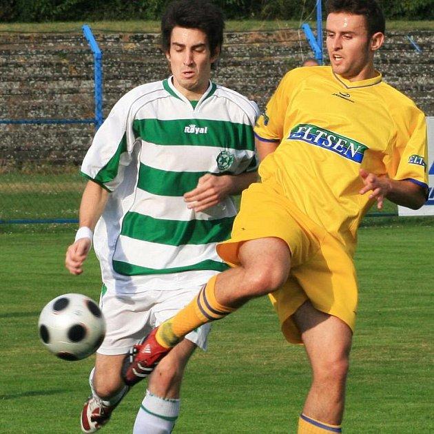 Tomáš Doležal (ve žlutém) trenérovi Benešova Tesařovi v Doubravce nepomůže, protože je zraněný.