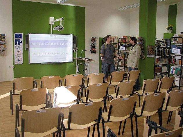 Žákům i kantorům ze ZŠ Dukelská slouží nové informační a komunitní centrum.