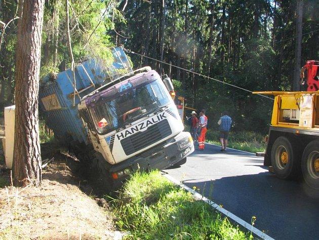 Slovenské nákladní auto s přívěsem skončilo ve škarpě