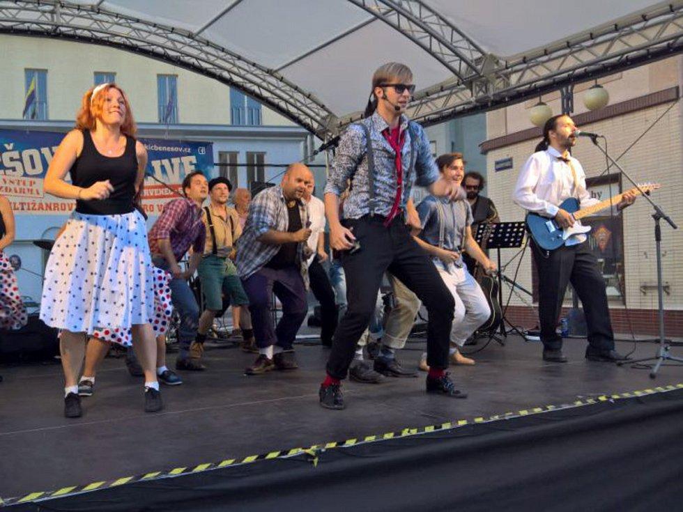 Áčko vystoupilo z ukázkami hudebních čísel muzikálu Rokenrol pro Bejbyho již 25. srpna na Masarykově náměstí v Benešově v rámci programu City Live.