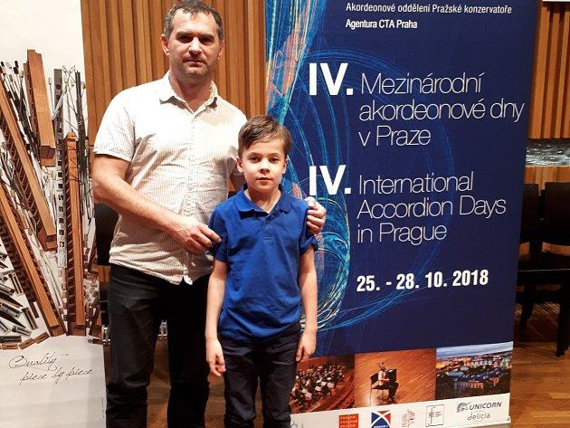 Viktor se svým učitelem Jiřím Neužilem.
