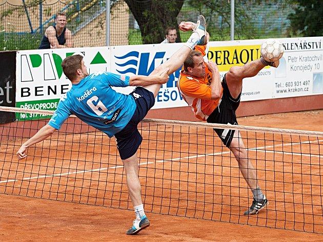 David Ešner ze Šacungu smečuje přes blok čelákovického Kaděry v zápase trojek.