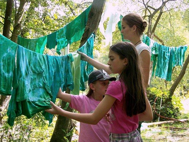 Jednotlivá kmenová rozlišení, batikované šátky, bylo ještě potřeba přemáchnout v řece, pověsit mezi stromy či na stany a usušit.