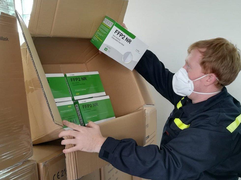 Středočeští hasiči se podílejí na distribuci respirátorů.