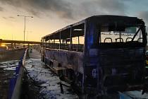 Požár autobusu na sjezdu z dálnice D1.