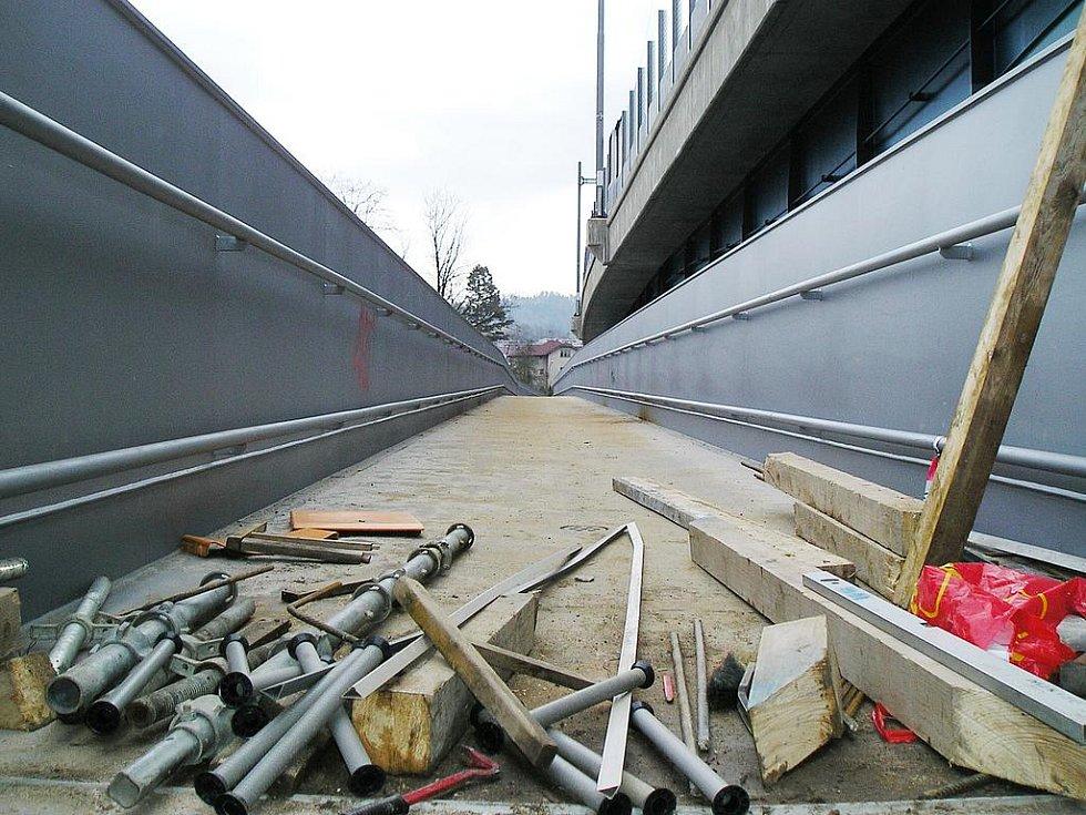 Výstavba lávky v Čerčanech.