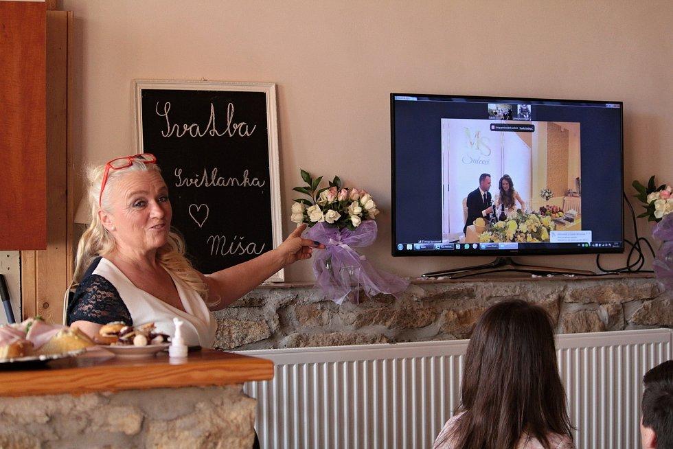 """Svatební hostina novomanželů Michala a Světlany Šulcových se konala v jeden okamžik na dvou místech vzdálených od sebe přes dva tisíce kilometrů. """"To je můj syn,"""" ukazovala hrdá maminka."""