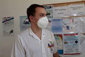 Jedním z prvních oočkovaných zdravotníků v Benešově byl lékař ARO Marek Štěpán.