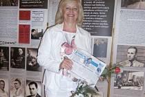 Autorka výstavy věnované Operaci Anthropoid Jindra Svitáková z Asociace nositelů legionářských tradic a šéfredaktorka časopisu Historický kaleidoskop si na focení vzala i Benešovský deník. Ten si i s pozvánkou na výstavu uloží do svého archivu.