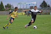 Kolínský Matěj Zelenka (sledován Adamem Dumským) porazil čtyřmi góly benešovskou šestnáctku.