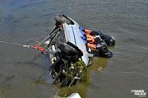 Vyprošťovat auto z vody jel k Praze jeřáb až z Benešova