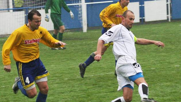 Pyšelský Kamil Kulhavý (u míče) byl hlavní postavou derby. Nejprve chyboval při brance Poříčí, ale poté v závěru vstřelil rozhodující gól.