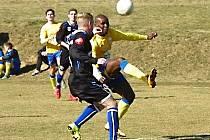 Benešovský Stanley Ibe (ve žlutém) zařídil oba góly Benešova s Kladnem. Před vyrovnávajícím gólem Laštovky z penalty na 1:1 ho fauloval Jiří Veselý (snímek), na 2:2 vyrovnával po přihrávce Kučaby.