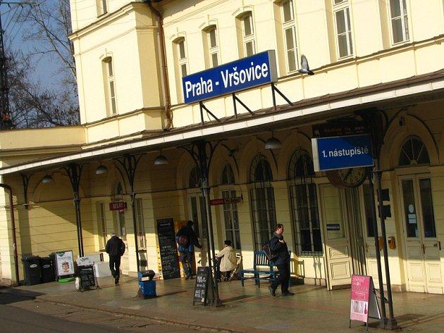 Vlaky Os 2518, Os 2522, Os 2526, Os 2530 a Os 9120 pojedou z Prahy-Hostivaře do Prahy hlavního nádraží objízdnou trasou mimo zastávky Praha-Strašnice a Praha-Vršovice.