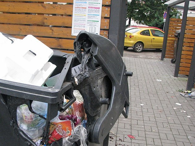 Plastové kontejnery na tříděný odpad hořely v Benešově také mezi paneláky v ulici Jiřího Horáka v noci ze soboty na neděli 5. října.