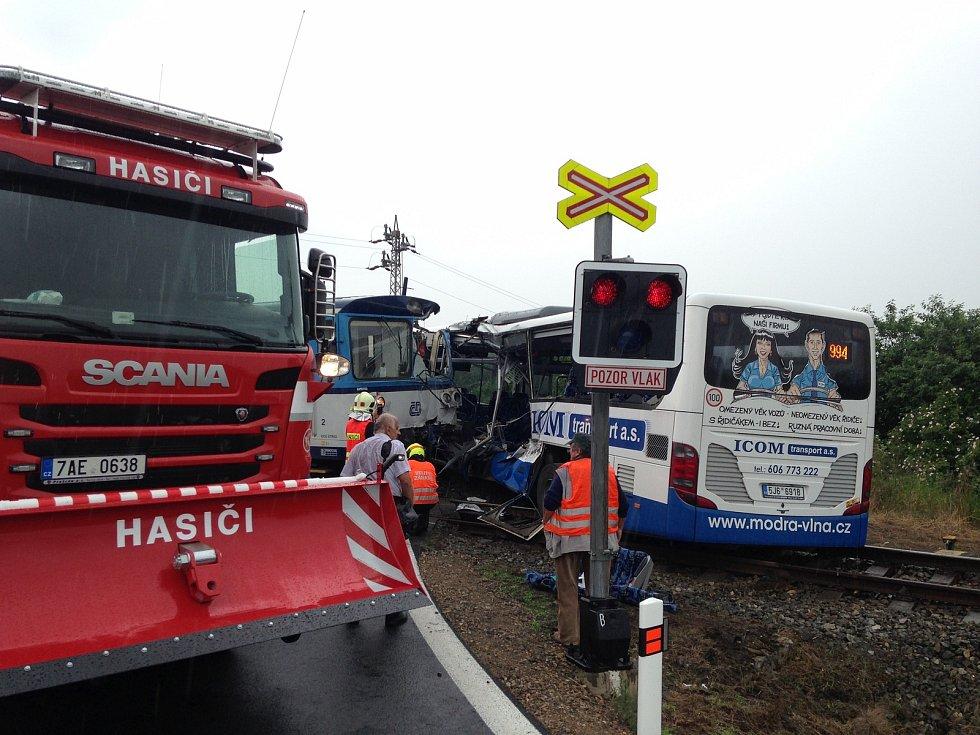 Střet autobusu a vlaku na železničním přejezdu u obce Struhařov 14. června 2020
