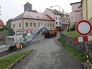 Týnecká Benešovská ulice je bez provozu, jezdí tam jen nákladní auta a fréza, která odstraňuje poškozený živičný povrch.