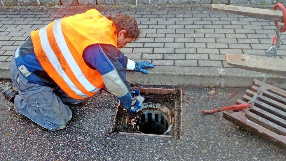Čištění dešťové kanalizace v Sázavské ulici v Týnci nad Sázavou.