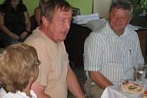 Členové krajské hodnotitelské komise to letos s rozhodováním neměli vůbec lehké. Na snímku šéf poroty Josef Kocourek (vpravo) a člen komise Antonín Podzimek při návštěvě Ratměřic