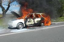 Auto plné dětí začalo hořet v úterý po 14. hodině.
