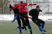 Leteckou vložku předvedli fotbalisté Táborska a Benešova (v černém Martin Turek).