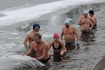 Deset otužilců z Benešova a Týnce nad Sázavou si premiérově dopřálo novoroční koupel na Sladovce.