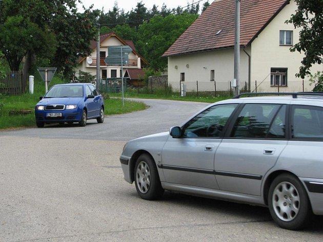 Odtud, z křižovatky v Bukovanech, se až do pátečních  20 hodin automobily do Pecerad nedostanou